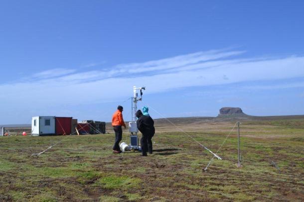 Installation d'une station météo à Cap Cotter, pour le programme de glaciologie.